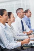 glada arbetskamrater som deltar i presentationen foto