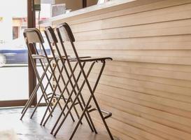 cafébord och stolar på kullerstensbelagda. foto