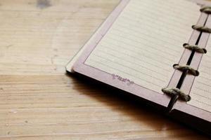 öppnade anteckningsboken på träbord foto