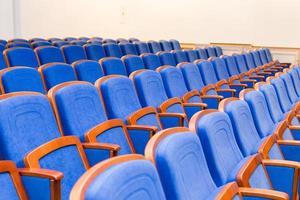 konferenshall med blå platser foto