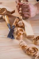 mycket nära upp syn på händerna på snickare med träbearbetare foto