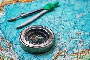 föråldrad kompass sjöman på topografisk karta foto