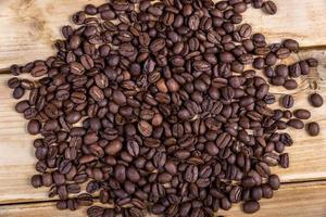 kaffebönor på träbordet foto