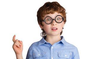 porträtt av stilig pojke i runda glasögon som bara har foto
