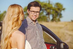 glada unga älskande par reser med persontransport foto