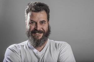 porträtt, man med fullt skägg, leende foto
