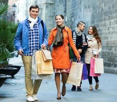 grupp unga turister med inköp foto