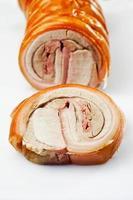 skivor av rostad valsad stekt, ammande gris foto