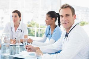 team av leende läkare som har ett möte foto