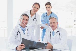 läkare som håller upp en röntgen foto