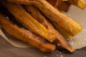 söta potatis pommes frites foto
