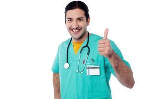 leende läkare med okej gest foto