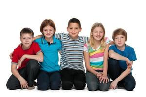 grupp med fem glada barn foto