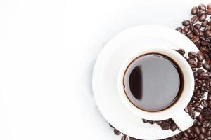 kopp kaffe på bönor. foto