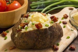 färsk varm bakad potatis foto