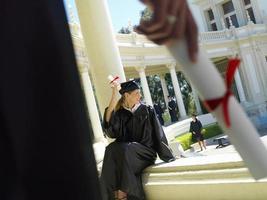 kvinnlig examen på campus, närbild av handen foto