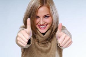 blond kvinna, dorothy, ger henne tummen upp godkännande foto