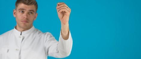 porträtt av läkare med penna foto
