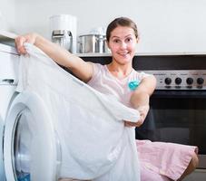 kvinna gör tvätt foto