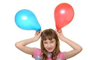 glad tjej med två färgballonger foto
