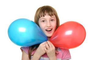 flicka med två färgballonger foto