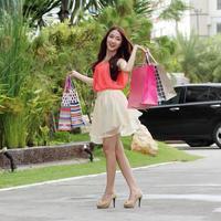 söt kvinna shopping foto