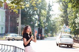 flicka och tvål bubblor foto
