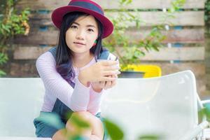 ung affärskvinna med röd hatt som har en kaffepaus. foto