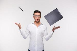 affärsman som kastar urklipp och penna i luften foto
