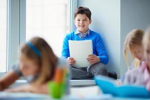 skolpojke i klassrummet foto