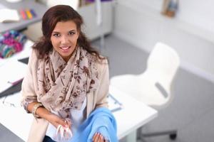 ung modedesigner som arbetar på studion foto