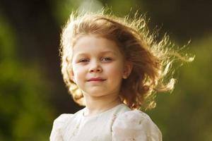 porträtt av en glad liten flicka foto