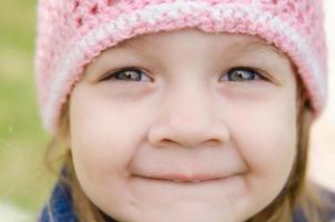 närbild porträtt av en leende tre-årig flicka foto