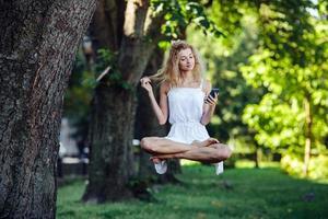 flicka levitates i naturen foto