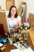 ung konstnär målar en bild foto