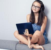 tonårsflicka med surfplatta. foto