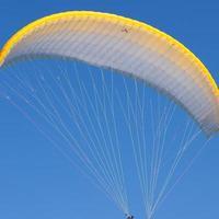 paraglider i en blå himmel foto