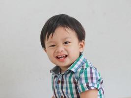 porträtt av leende pojke foto