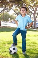 pojke poserar med fotboll foto