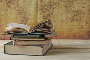 bunt böcker på träbord foto