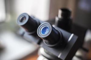 mikroskop i laboratorium foto