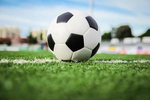fotboll på grönt gräs foto