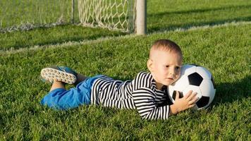 liten pojke räddar ett mål foto