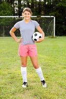 porträtt av tonåring tjej fotbollsspelare foto