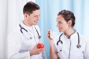 läkare äter lunch foto