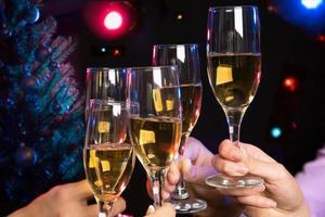 folk händer med kristallglas fullt av champagne foto