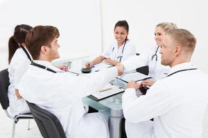 läkare skakar hand foto