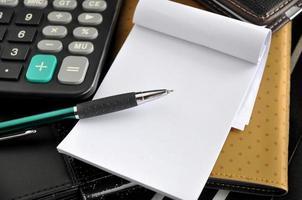 närbild penna på tomt papper anmärkning foto