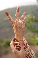 vacker henna design på bruden foto