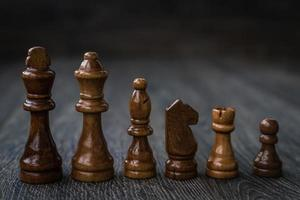 schackstycken på ett träbord foto